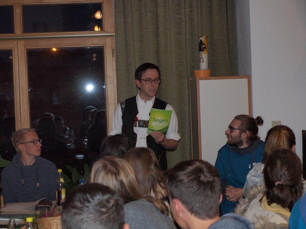 Damit die neue Ortsgruppe auch gleich mit dem Arbeiten beginnen kann, wurde ihnen von der katholischen Jugendstelle Ostallgäu die neuesten Werkbriefe überreicht.