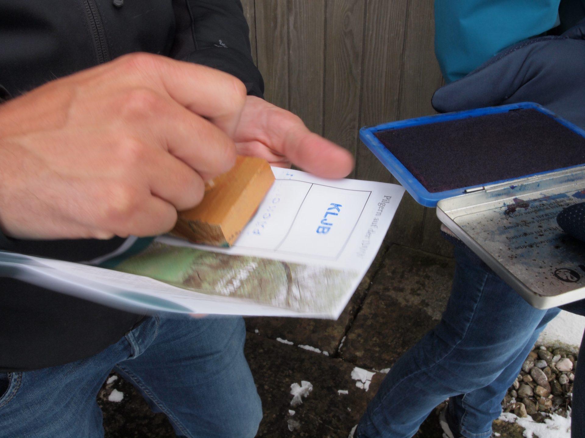 Erste Stempel sammeln sich im Pilgerausweis