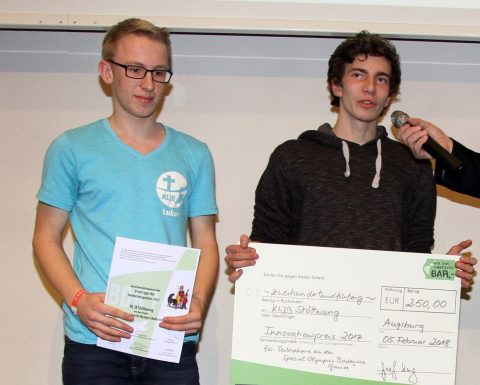 Lukas und Lorenz nehmen den Innovationspreis der Bischof-Simpert-Preisverleihung 2017 entgegen