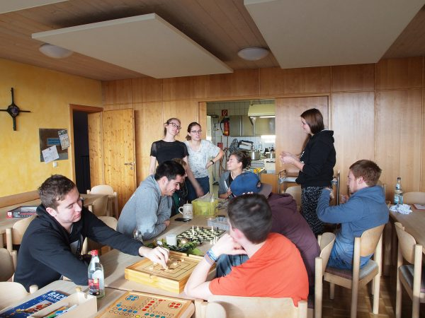 In geselliger Runde werden Armbänder geknüpft, gespielt und Neuigkeiten ausgetauscht.