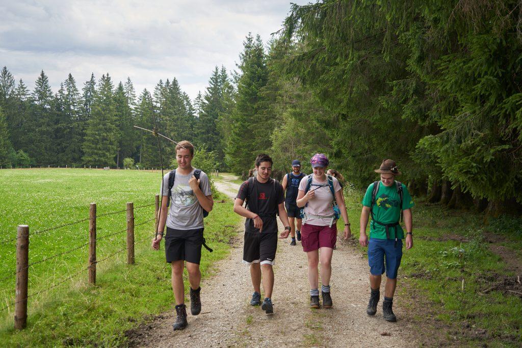 Pilger auf dem Weg nach Buching
